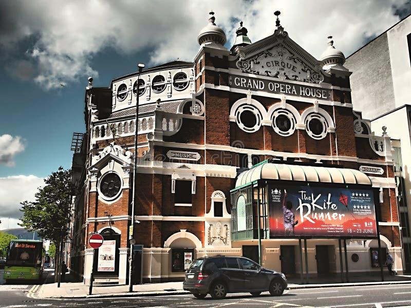 Gran ópera en Belfast - cielo azul y nubes imagenes de archivo
