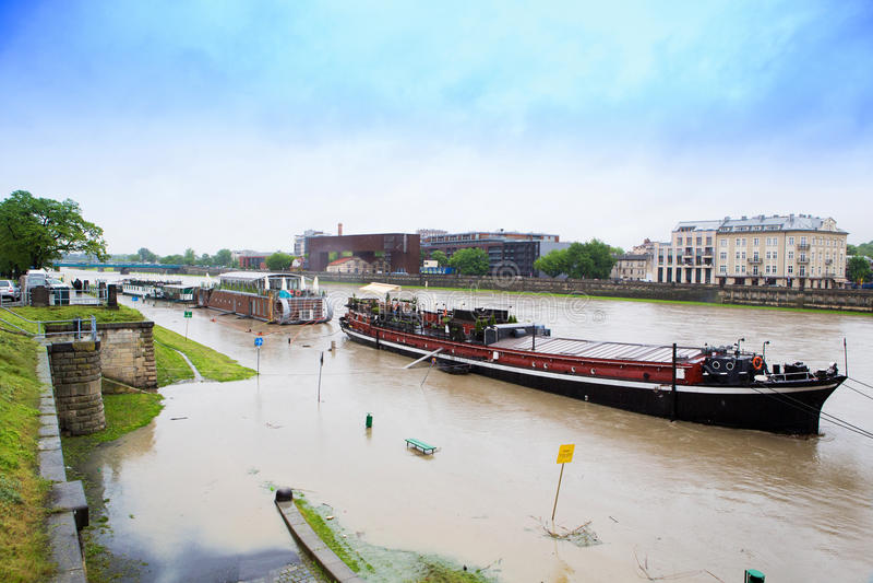 Gran agua en el río Vistula en Cracovia imagen de archivo libre de regalías