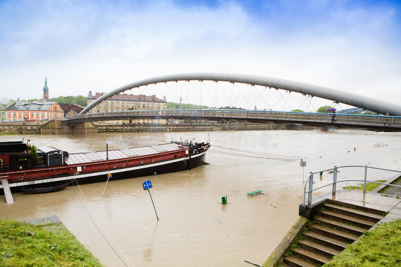 Gran agua en el río Vistula en Cracovia fotografía de archivo libre de regalías