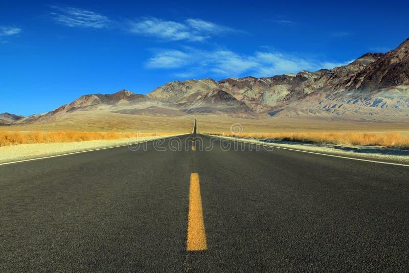 Gran camino americano, cruzando un Death Valley enorme imagen de archivo libre de regalías