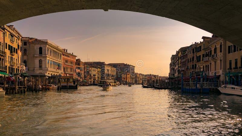 Gran Canal en la puesta del sol vista de debajo el puente de Rialto, Venecia imagenes de archivo