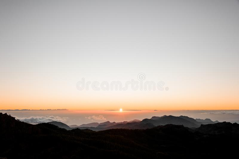 GRAN CANARIA, ESPAÑA - 6 DE NOVIEMBRE DE 2018: Paisaje de la mañana de la montaña de Roque Nublo con vistas a la isla hermosa de  fotos de archivo libres de regalías