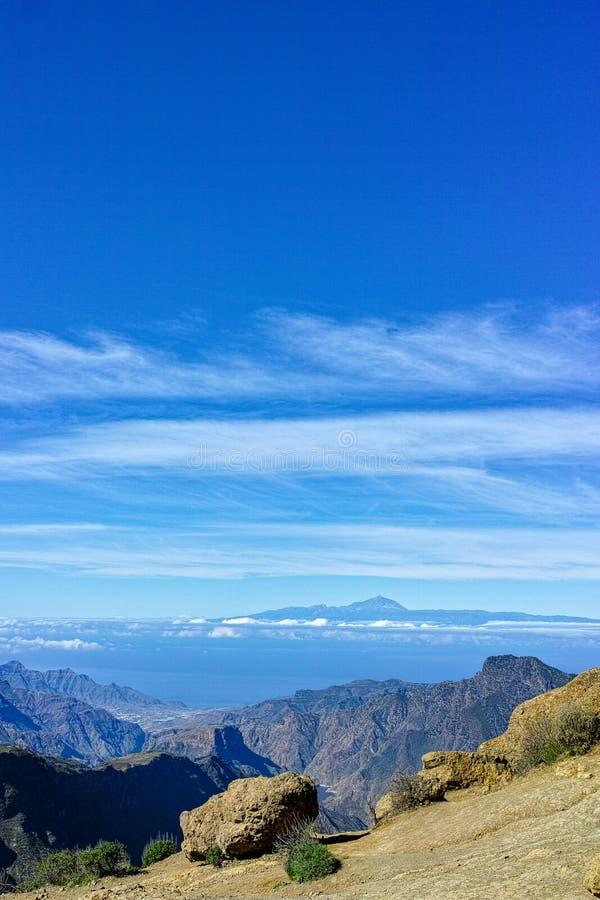 Gran Canaria-het landschap van eilandbergen, mening van piekroque nublo om Teide op Tenerife op te zetten stock fotografie
