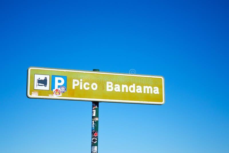 Gran Canaria spain 3 de dezembro de 2018 Letreiro Pico Bandama contra o céu azul cursos notável foto de stock