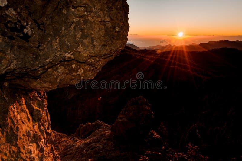 GRAN CANARIA, SPANJE - NOVEMBER 6, 2018: De mening van de zonsopgangochtend van Roque Nublo-berg royalty-vrije stock foto
