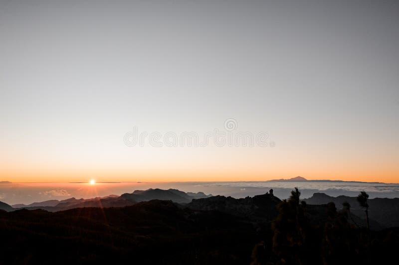 GRAN CANARIA, SPANJE - NOVEMBER 6, 2018: Ochtendlandschap van Roque Nublo-berg met een mening van mooi Tenerife stock foto's
