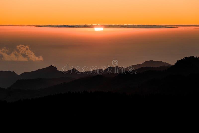 GRAN CANARIA, SPANJE - NOVEMBER 6, 2018: Ochtendmening van Roque Nublo-berg onder nevelige wolken en helder zonlicht stock fotografie