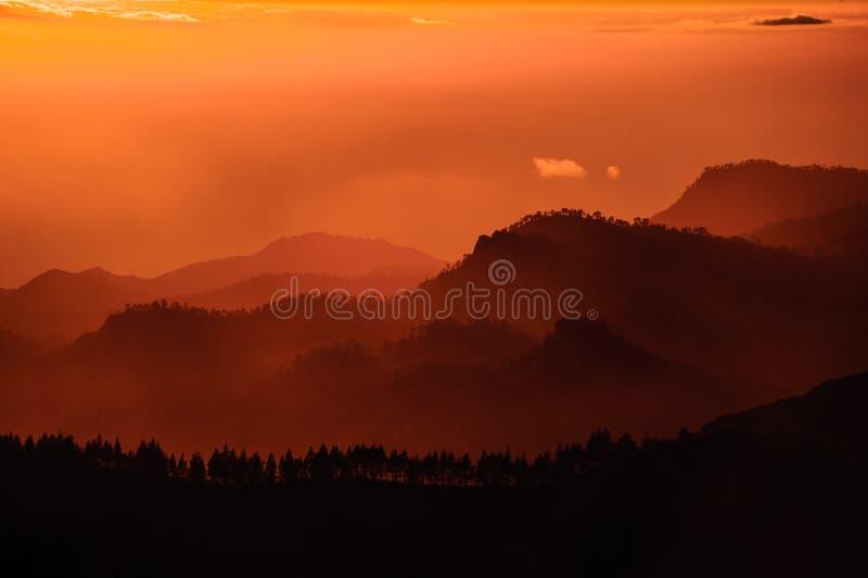 GRAN CANARIA, SPANJE - NOVEMBER 6, 2018: Schitterend landschap van de mooie heuvels in bergen Roque Nublo stock foto