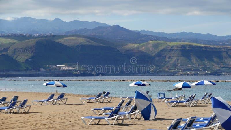 Gran Canaria - Spanje, zandig strand met sunbeds en paraplu's stock afbeelding