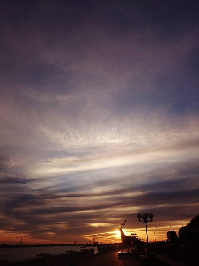 Gran cielo en ciudad nizhniy del novgorod imagenes de archivo
