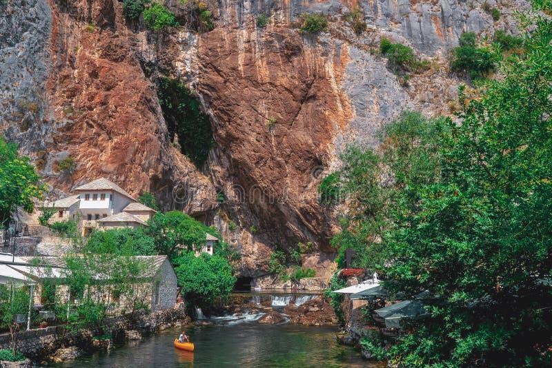 Gran día de verano en restaurante entre las cuevas en Bosnia y Herzegovina fotos de archivo libres de regalías