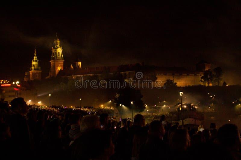 Gran desfile de los dragones conectado con los fuegos artificiales fotografía de archivo
