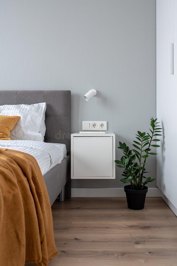 Gran dormitorio en estilo moderno con las paredes ligeras imagenes de archivo