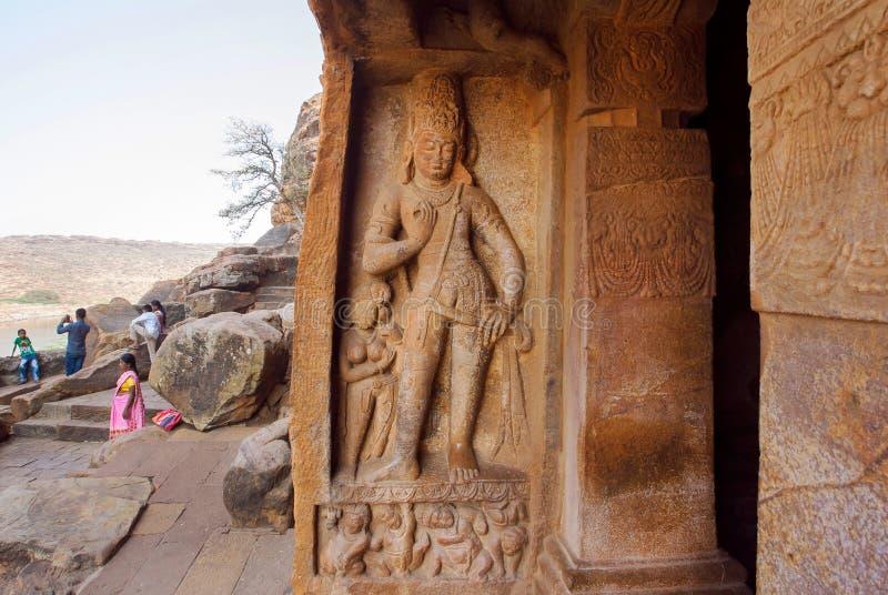 Gran ejemplo de la arquitectura india del roca-corte Entre del templo del siglo VI de la cueva en la ciudad Badami, la India imagen de archivo libre de regalías