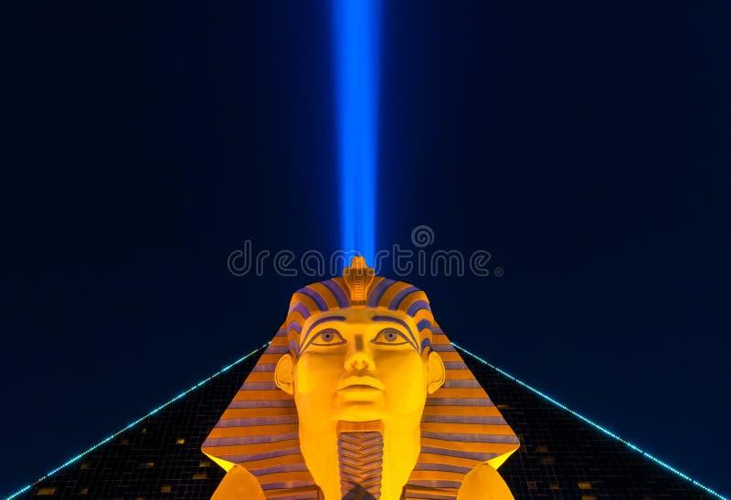 Gran esfinge de Giza y haz del cielo del hotel y del casino de Luxor en Las Vegas Nevada los E.E.U.U. imagenes de archivo
