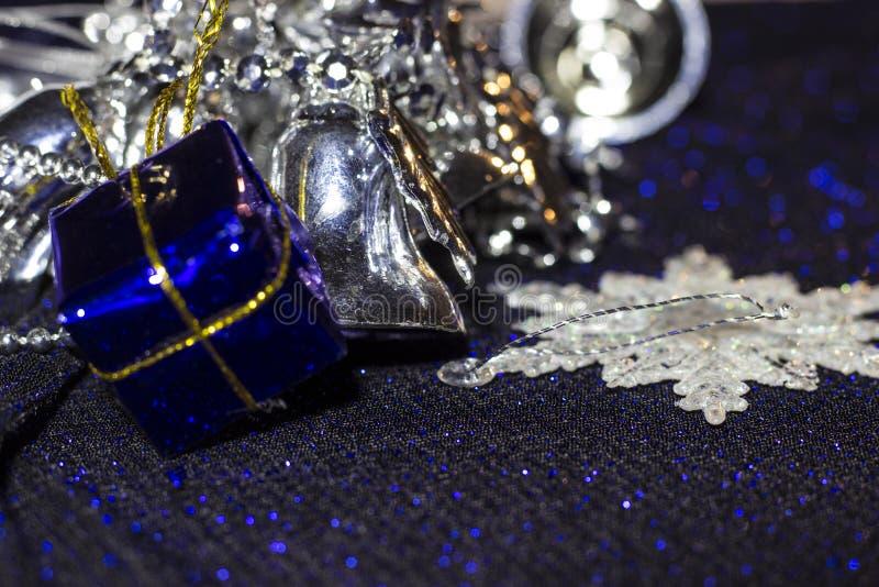 Gran fondo Decoraciones azules y de plata de la Navidad: regalos, insignias y más foto de archivo libre de regalías