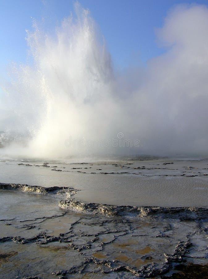 Gran géiser de la fuente durante la erupción imagenes de archivo