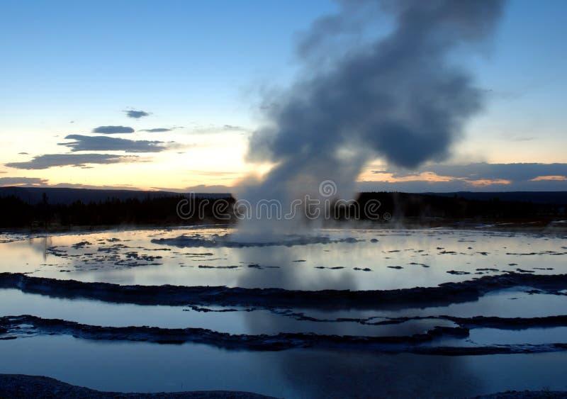 Gran géiser de la fuente en la puesta del sol fotografía de archivo libre de regalías