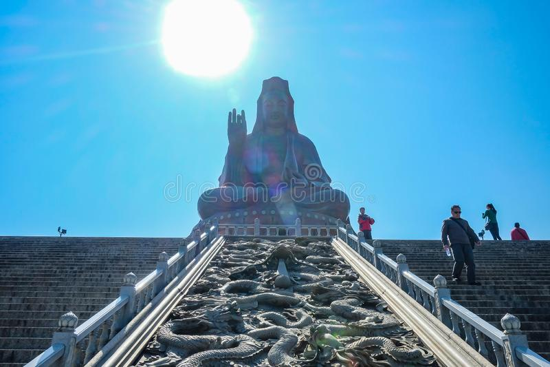 Gran Guanyin Buda o 'diosa estatua de la misericordia 'encima de la montaña de Xiqiao China de la ciudad de Foshan fotografía de archivo