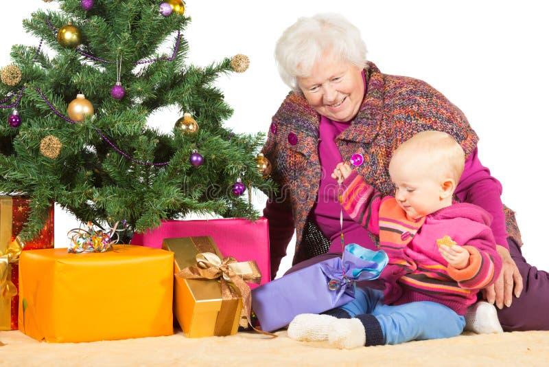 Gran i dziecka rozpakowywania Bożych Narodzeń prezenty obraz royalty free