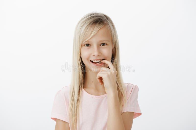 Gran idea compuesta niño elegante creativo Retrato de la muchacha linda soñadora con el pelo justo, sonriendo alegre y el finger  imagen de archivo