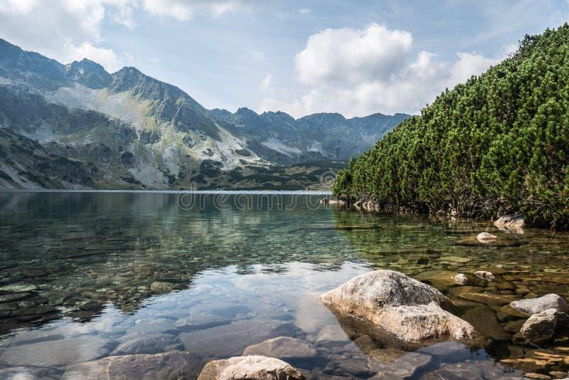 Gran lago en las montañas fotos de archivo