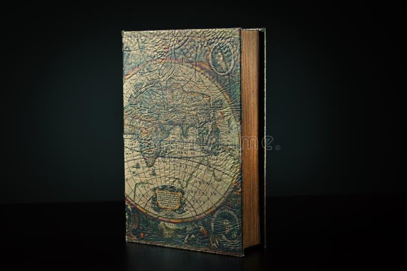 Gran libro con un mapa de la cubierta del mundo foto de archivo