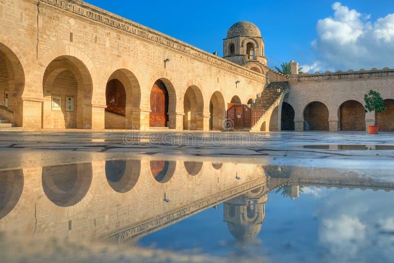 Gran mezquita en Sousse y su reflexión de la piscina imagen de archivo libre de regalías