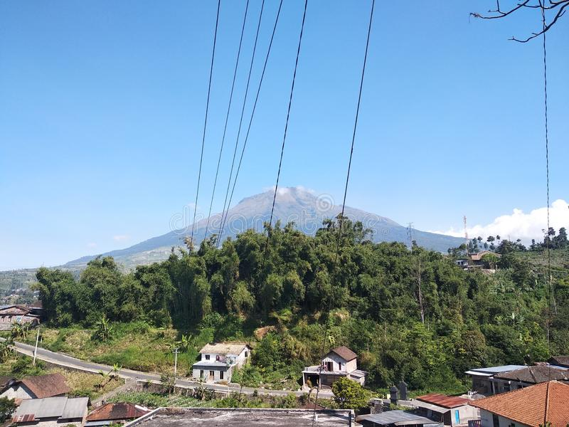 Gran montaña hermosa con el cielo azul imagenes de archivo