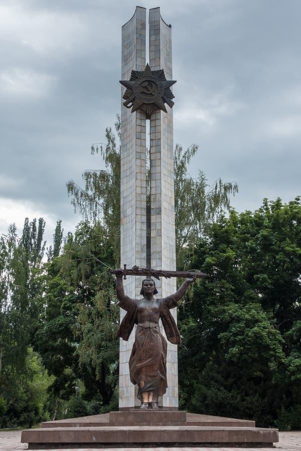 Gran monumento de guerra patriótico/monumento de la guerra mundial 2 en Victory Park, Karakol, Kirguistán fotos de archivo libres de regalías