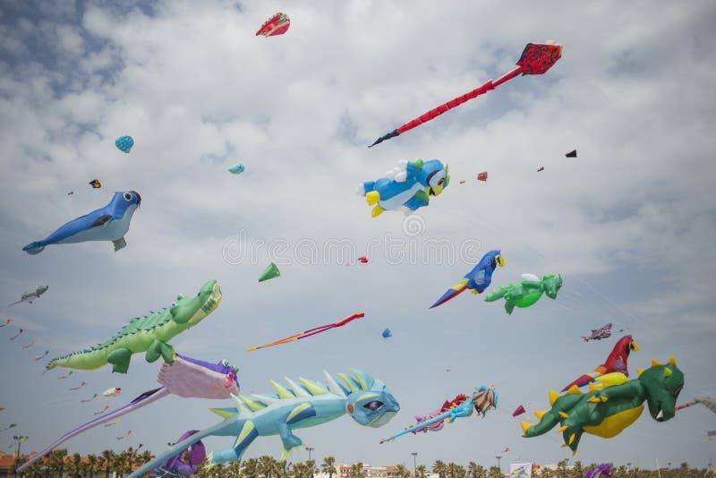 Gran numero di aquiloni dei colori differenti nel cielo di Valencia immagini stock libere da diritti