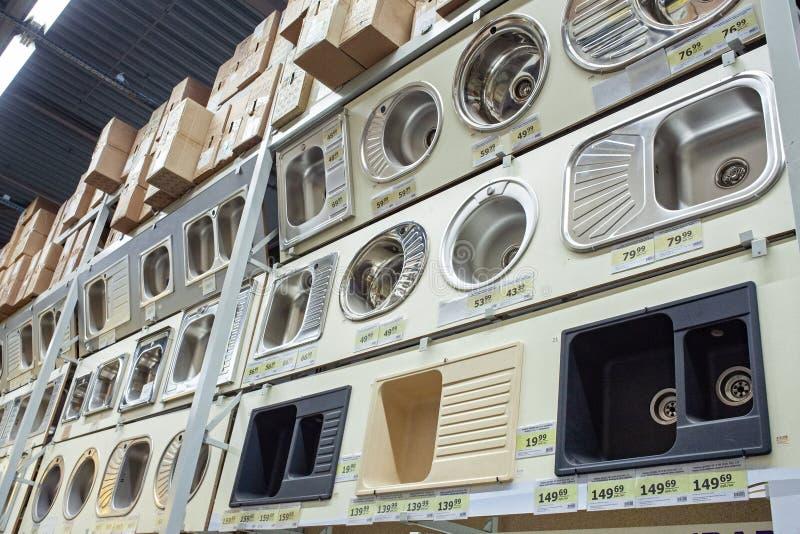 Gran opción de fregaderos en venta en la tienda para la reparación y la construcción imagenes de archivo