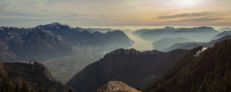 Gran paisaje en el lago Iseo en la estación del invierno, de niebla una humedad en el aire Panorama de Monte Pora, Italia foto de archivo libre de regalías