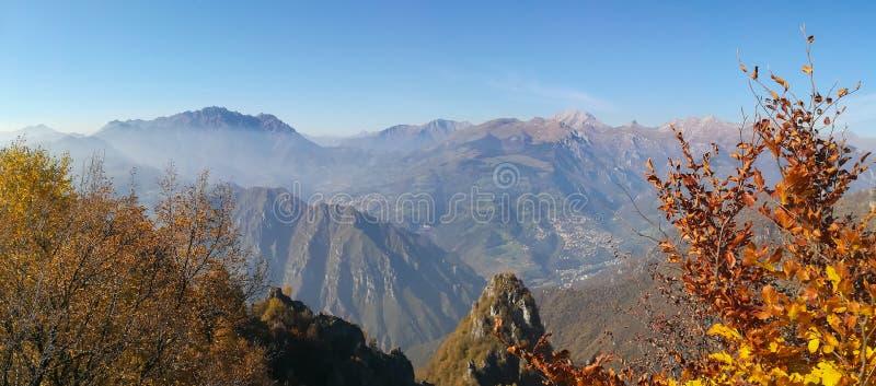 Gran paisaje en las montañas de Orobie en temporada de otoño Vista de las montañas más altas incluyendo Arera foto de archivo libre de regalías