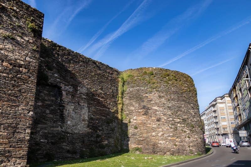 Gran pared de piedra medieval que rodea la ciudad al lado del camino Ciudad gallega de Lugo, Espa?a imágenes de archivo libres de regalías