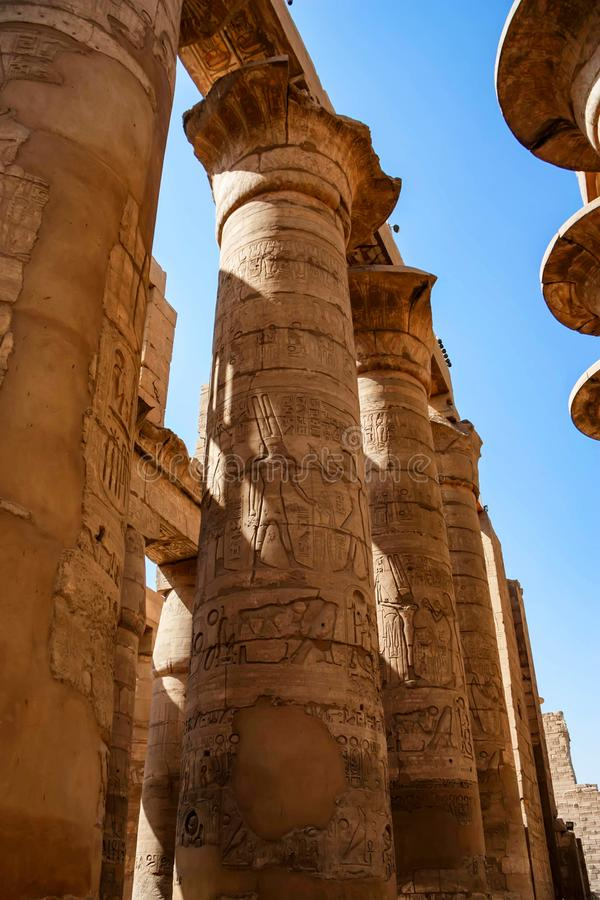 Gran pasillo hipóstilo en los templos de Karnak en Luxor fotografía de archivo
