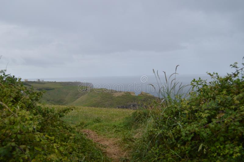 Gran prado verde de Cliff With A en Santander fotografía de archivo libre de regalías