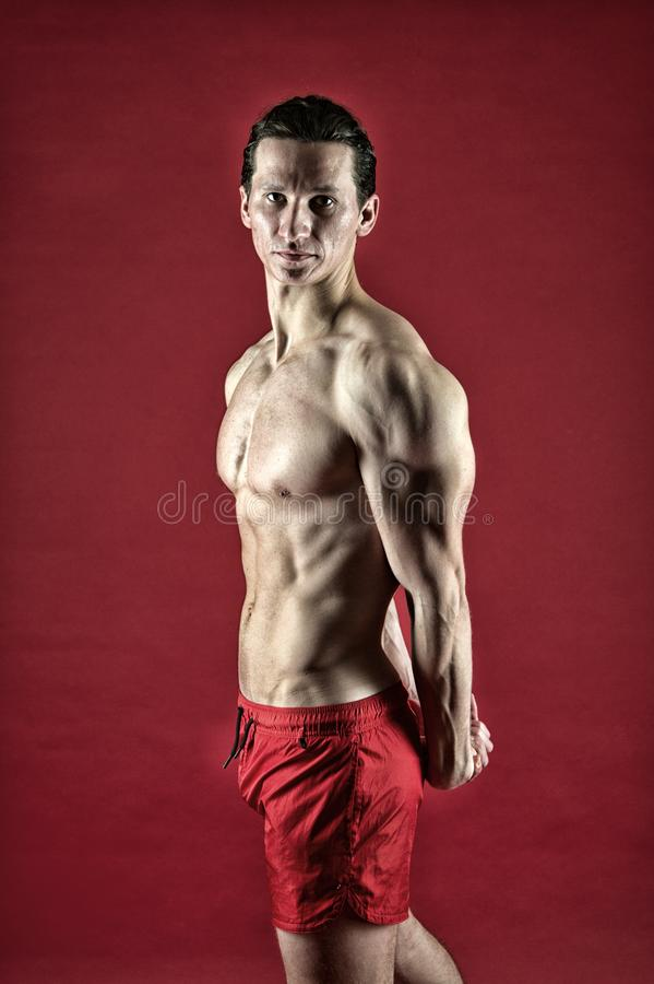 Gran progreso r Hombre de la aptitud que ejercita en gimnasio Atleta que calienta antes de entrenamiento Deporte foto de archivo libre de regalías