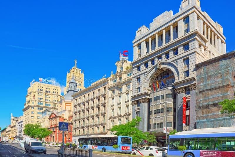 Gran Przez ulicy w Madryt, przy dnia czasem, ruch drogowy, samochód na Granie Przez fotografia royalty free