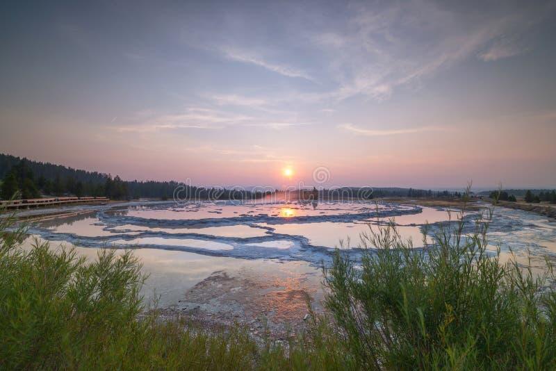 Gran puesta del sol del géiser de la fuente foto de archivo