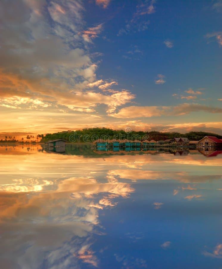 Gran puesta del sol y mar imagenes de archivo
