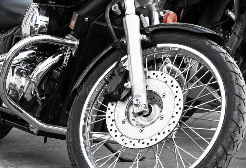 Gran rueda delantera con muchos radios Hermosa moto de rueda de los radios Cerca de la foto monocroma Vista de la moto desde la p fotografía de archivo libre de regalías