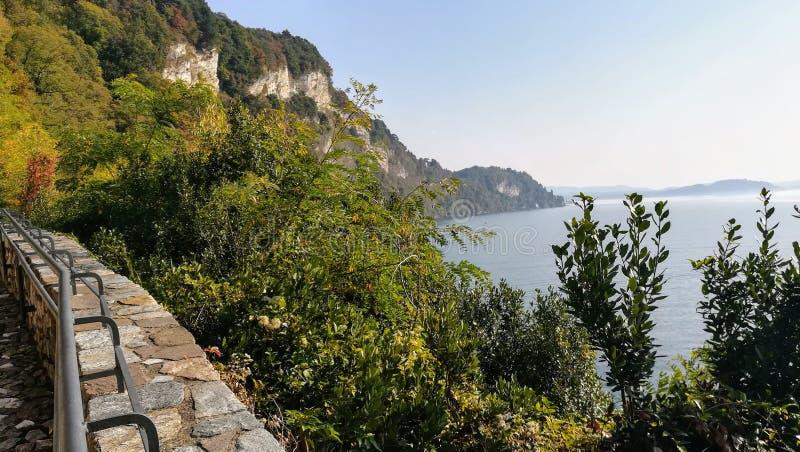 Gran Sasso no lago Lagomaggiore, Itália foto de stock