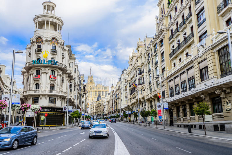 Gran vía la calle en Madrid, España imagenes de archivo