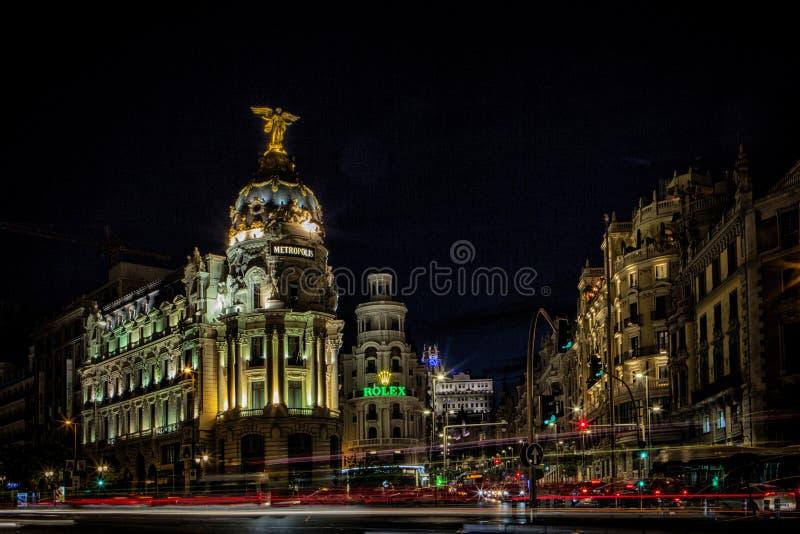Gran Via central gata av Madrid på natten arkivbild