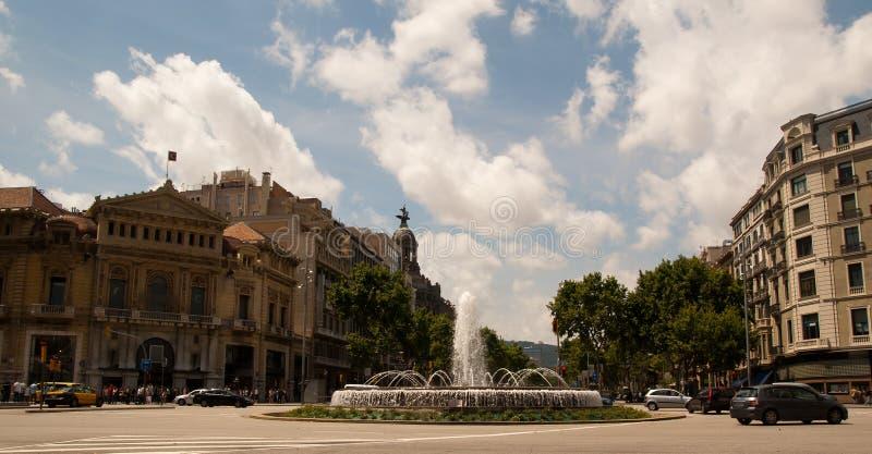 Gran via en Fontein in Barcelona Spanje stock foto's