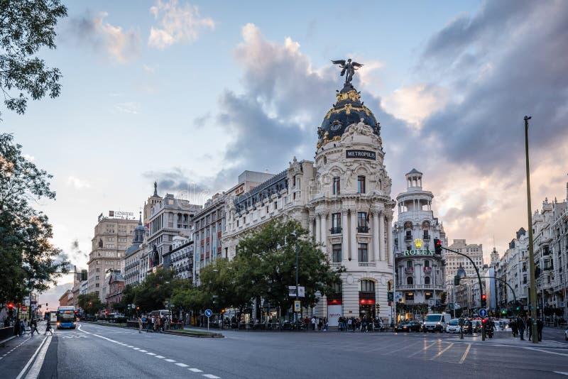 Gran via gata- och metropolisbyggnad i Madrid arkivfoto