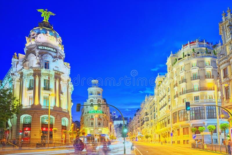 Gran via gatan i Madrid, efter solnedgång, trafikljus på Gran royaltyfri bild
