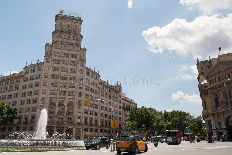 Gran via och springbrunn i Barcelona Spanien fotografering för bildbyråer