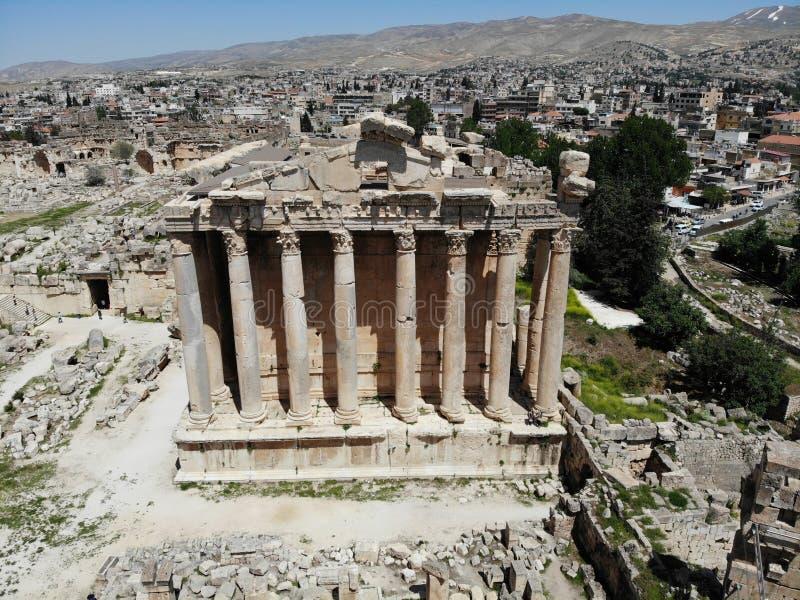 Gran visión desde arriba Creado por DJI Mavic Ciudad antigua Baalbek El templo antiguo más alto L?bano Perla de la UNESCO del Med imagenes de archivo